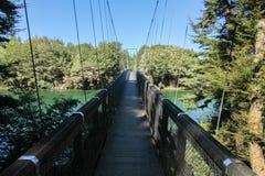 Pont de voie de Kepler de portée d'arc-en-ciel au-dessus du ciel propre de rivière de Waiau images stock