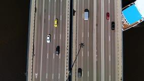 Pont de vue supérieure avec les voitures mobiles, sous lesquelles grande voile blanc bleu de revêtement de croisière banque de vidéos