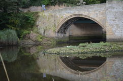 Pont de Warkworth au-dessus du Coquet photo stock