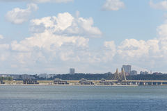 Pont de whith de vue panoramique de la rivière et de la ville de Kazan r images stock