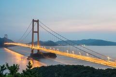 Pont de xihoumen de Zhoushan dans la tombée de la nuit Image libre de droits
