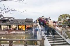 Pont de Yongning et galerie de Misty Rain la nuit Image stock