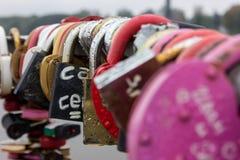 Pont des amants avec un bon nombre de serrures comme marque de fidélité et amour éternel Image stock