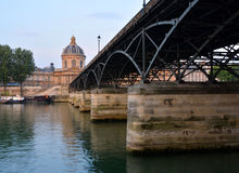 Pont des Arts桥梁&法兰西学会大厦,巴黎法国 库存图片