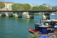 Pont des Arts και μια βάρκα Παρίσι Γαλλία εστιατορίων Στοκ φωτογραφία με δικαίωμα ελεύθερης χρήσης