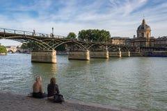 Pont des Arts και Institut de Γαλλία πέρα από τον ποταμό του Σηκουάνα Στοκ Φωτογραφία