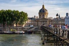 Pont des Arts και Institut de Γαλλία πέρα από τον ποταμό του Σηκουάνα Στοκ Φωτογραφίες