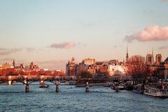 Pont des Arts и Нотр-Дам в Париже, Франции стоковое изображение