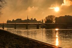 Pont des Arts avec Ile de la cité Sunrise image libre de droits