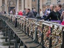 Pont des Arts, bevor Vorhängeschlösser entfernt werden Stockfotografie