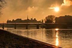 Pont des Arts con Ile de la cité Sunrise imagen de archivo libre de regalías