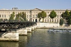 Pont des arts en Louvre Parijs stock afbeeldingen