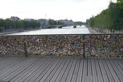 Pont des Arts hänglåsbro, Paris Arkivfoto