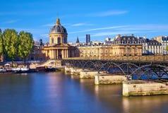 Pont des Arts som leder in mot Institut de France, Paris, franc royaltyfria bilder