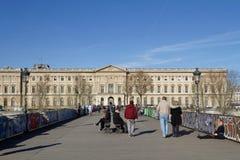Pont des Arts y el palacio del Louvre Fotos de archivo