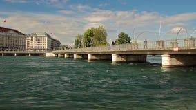 Pont des Bergues brug met het hotel van Vier Seizoenenles Bergues in Genève, Zwitserland, 2016 stock video