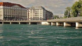 Pont des Bergues brug met het hotel van Vier Seizoenenles Bergues in Genève, Zwitserland, 2016 stock videobeelden