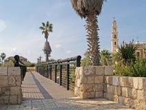 Pont des désirs et de la vue de l'église catholique Yaffo, Israël Photographie stock libre de droits