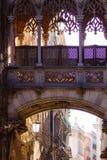 Pont des soupirs dans le vieux secteur de Barri Gotic de ville photographie stock libre de droits
