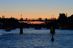 Pont des sztuki Pary? - kochankowie przerzuca most - zdjęcie stock