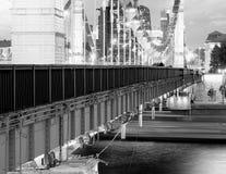 Pont diagonal de Moscou au fond égalisant image stock