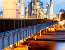 Pont diagonal de Moscou au fond égalisant photographie stock