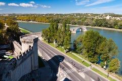 Pont du Aviñón y las paredes de la ciudad se elevan al lado de la calle y del riv de Rhone Imagen de archivo