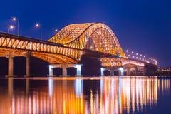 Pont du pont de Séoul Banghwa le beau fleuve Han la nuit, Se Image libre de droits