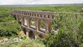Pont du Gard é um aqueduto romano velho vídeos de arquivo