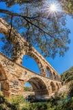 Pont du Gard contra puesta del sol es un acueducto romano viejo en Provence, Francia Fotografía de archivo libre de regalías