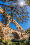 Pont DU Gard gegen Sonnenuntergang ist ein alter römischer Aquädukt in Provence, Frankreich Lizenzfreie Stockfotografie