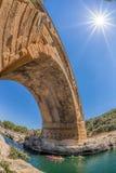 Pont du Gard med skovelfartyg är en gammal romersk akvedukt i Provence, Frankrike Royaltyfria Foton