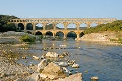 Pont du Gard met Rotsachtige Oever Stock Foto's