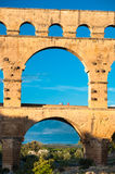 Pont du Gard på vertikal sikt för solnedgångljus Royaltyfria Bilder