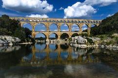 Pont du Gard y cielos nublados azules fotos de archivo