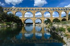 Pont du Gard y cielos nublados azules Foto de archivo