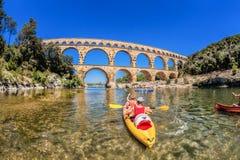 Pont du Gard z paddle łodziami jest starym Romańskim akweduktem w Provence, Francja Obraz Royalty Free
