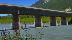 Pont du vieux Rhin de Suisse au Liechtenstein, Vaduz banque de vidéos