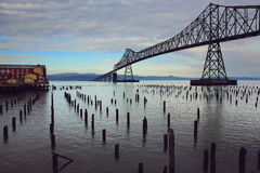 Pont en acier au-dessus de la rivière Image libre de droits