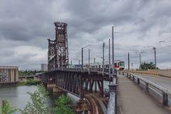 Pont en acier au-dessus de rivière de Willamette avec le tram à Portland du centre, Etats-Unis photos stock