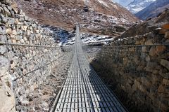 Pont en acier dans les montagnes de l'Himalaya photos libres de droits