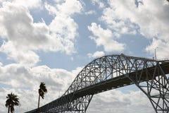 Pont en acier de port avec des palmiers dans le Corpus Christi, le Texas Photos libres de droits