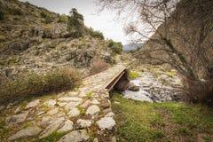 Pont en acier de poutre et de pierre dans les collines de la Corse images libres de droits