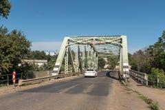Pont en acier historique en route au-dessus de la rivière de Bushmans dans Estcourt Photo stock