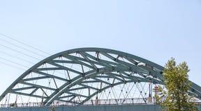 Pont en acier incurvé sous le ciel bleu à Denver Photographie stock libre de droits