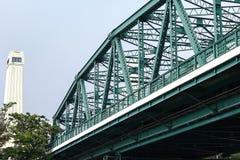 Pont en acier vert à travers Chao Phraya River image libre de droits