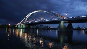Pont en Apollo au-dessus de rivière Danube à Bratislava banque de vidéos