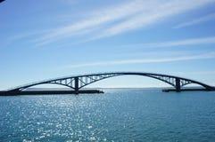 Pont en arc-en-ciel par le bord de la mer image libre de droits