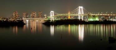 Pont en arc-en-ciel à Tokyo la nuit Photos libres de droits