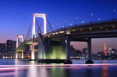 Pont en arc-en-ciel avec la tour de Tokyo Images stock